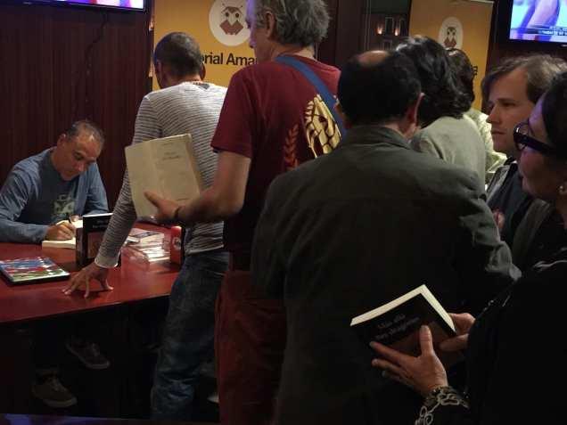 """Vicente Álvarez presentando su última novela """"Más allá hay dragones"""""""