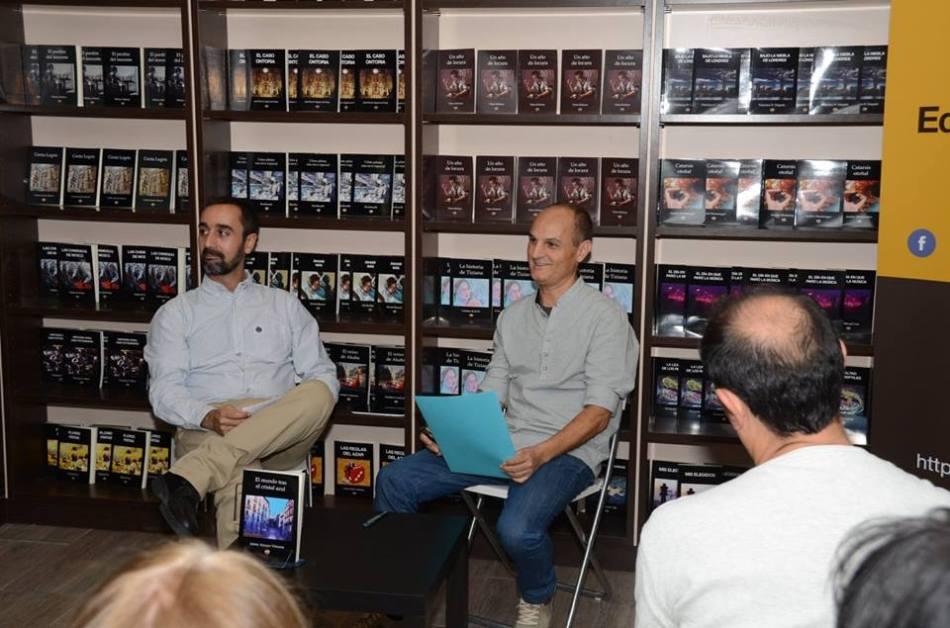 """Víctor Marchán (izquierda) y Jaime Arroyo, durante la presentación de """"El mundo tras el Cristal Azul"""""""