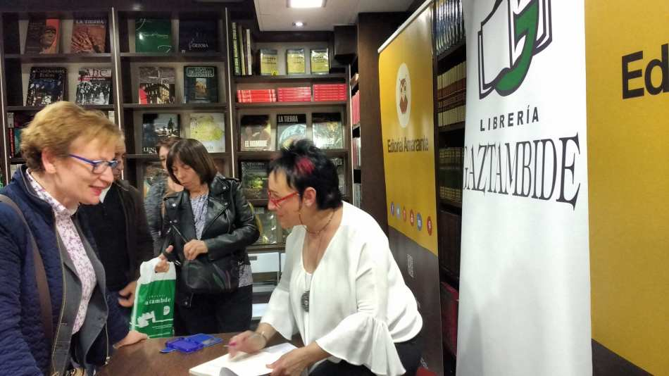 Esther Aparicio_firmando