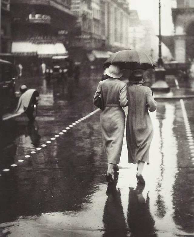 Women walking in the rain, Paris, 1934