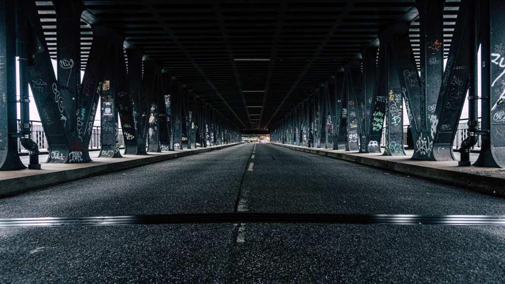 Ciudad carretera calle oscuro - Sergio Alonso - Editorial Amarante