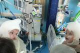 Após cirurgia, gêmeos siameses se veem pela primeira vez