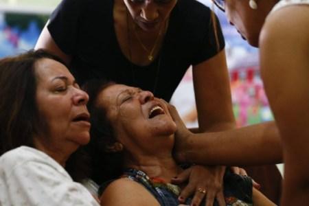 Mãe de PM se desespera ao saber da morte do filho durante tiroteio no Rio