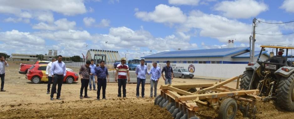 Prefeito Paulo Bonfim acompanha início de obras de pavimentação no bairro Argemiro