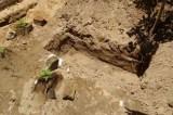 Policia age rápido e evita homem de cavar cova para enterrar companheira