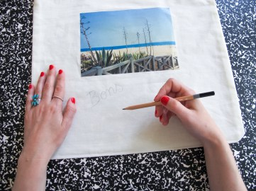 DIY // Comment realiser un tote bag souvenir de vacances // How to make a postcard tote bag // A Cardboard Dream blog