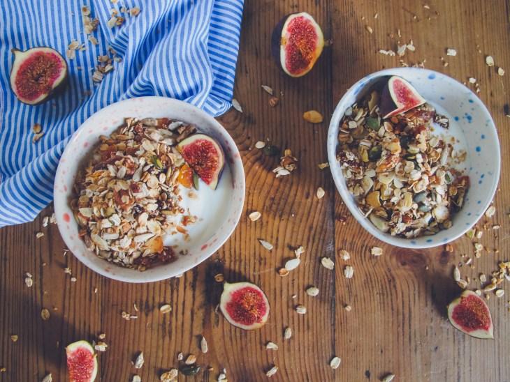 Recette // Comment réaliser un granola maison aux figues et abricots // Recipe - How to make an homemade fig abricot granola // A Cardboard Dream blog