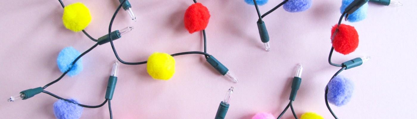 DIY // Faire une guirlande lumineuse à pompons // How to make a pom pom Christmas light // A Cardboard Dream blog