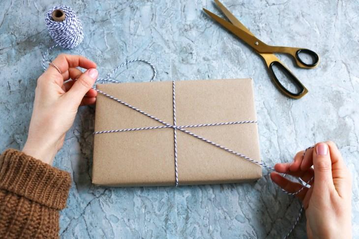 DIY // Réaliser un joli paquet cadeau pour la Saint-Valentin // How to make pretty gift wrapping for Valentine's day // A Cardboard Dream blog