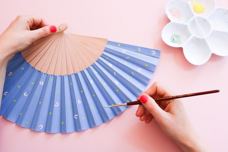 DIY // Les éventails graphiques peints à la main // Paint your own paper fan // A Cardboard Dream