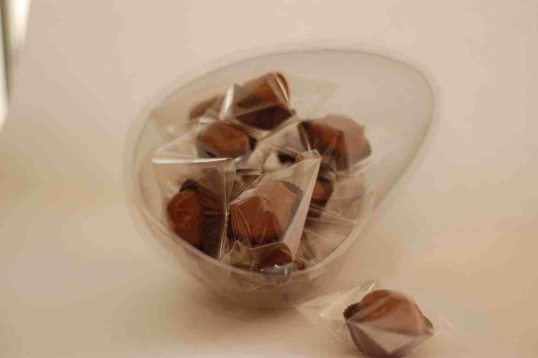 ovo de páscoa transparente recheado com trufas de chocolate meio amargo. Faça e venda páscoa 2017