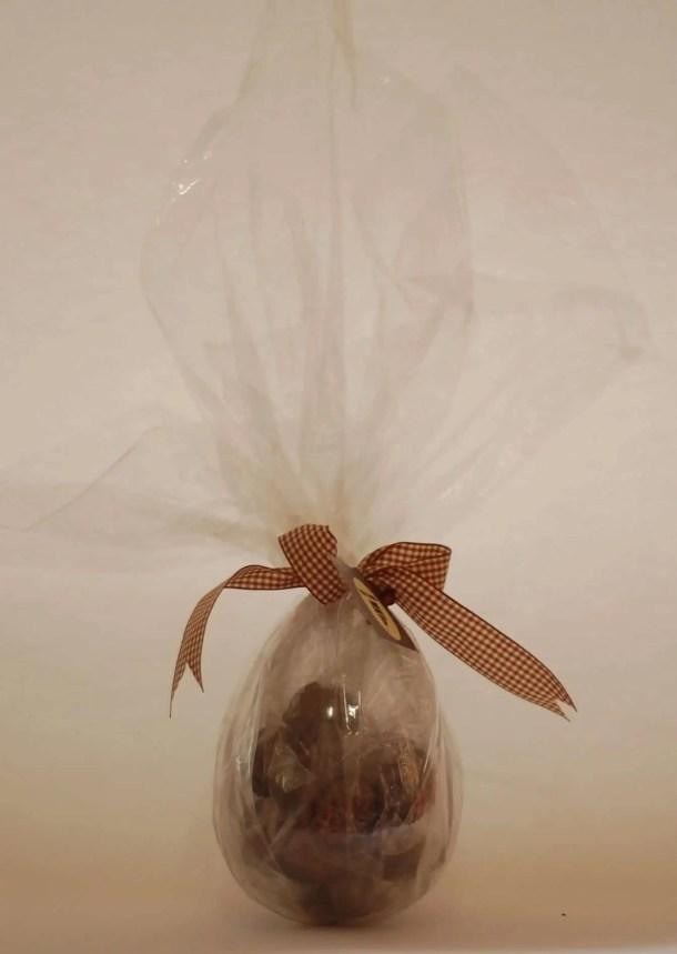 ovo de páscoa transparente recheado de trufas para vender e ganhar um dinheiro extra na páscoa