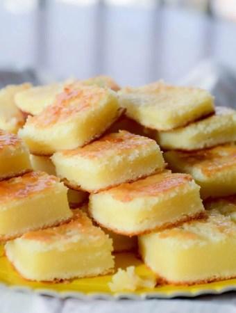Receita fácil de bolo de queijo. Receita de liquidificador de bolo cremoso que leva parmesão e leite de coco entre seus ingredientes!