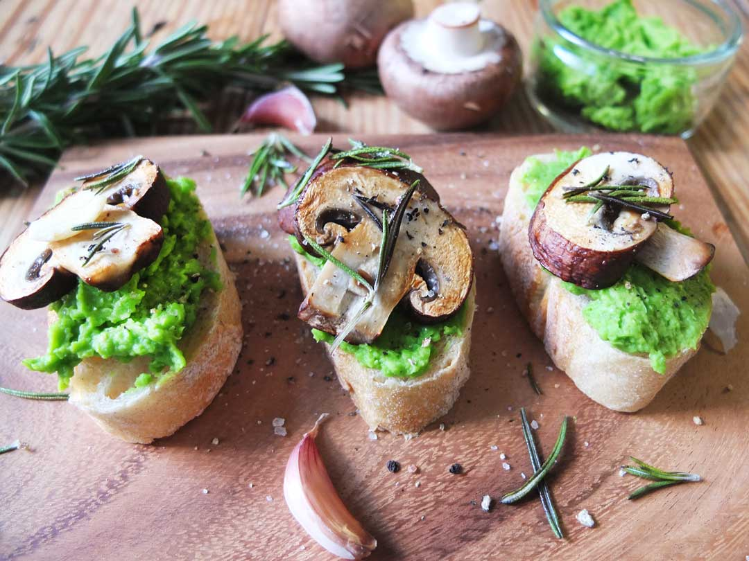 Erbsen Crostini mit Pilzen