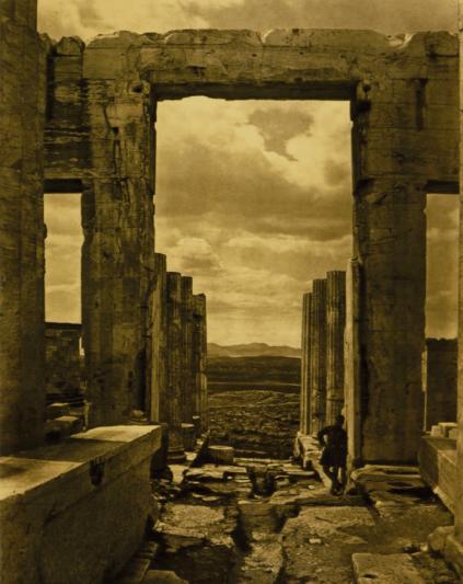 Braun, Clement Et Cie (Francese, attivo dal 1877 al 1928), I Propilei (The Propylaia), Athene, stampa del 1890 da negativo del 1870ca. Carbon print, 76.8 x 61.1 cm (30V2x 24 in.).