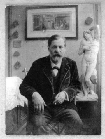 Freud nel suo studio di Vienna, intorno al 1905, con una riproduzione dello Schiavo morente di Michelangelo.