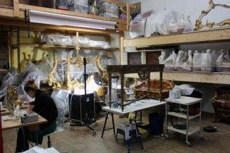 l'Atelier in attività: assistenti alle prese con le dorature