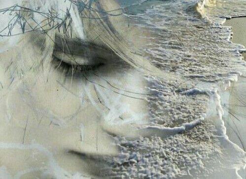 mujer con ansiedad mirando hacia abajo