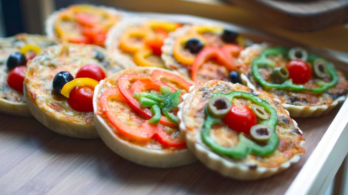 mini pizzas with vegetable toppings