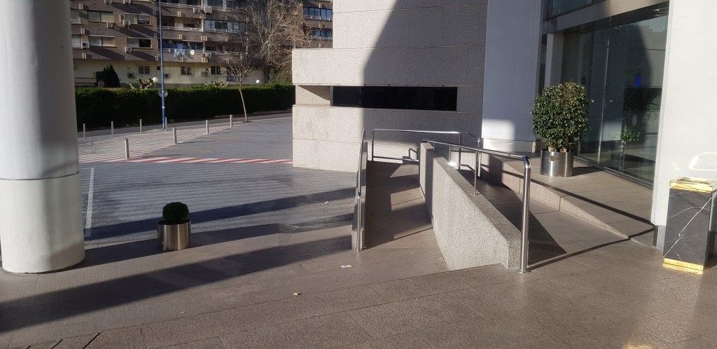 hotel entrance ramp