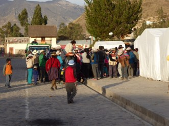 Queueing for food in Yanque