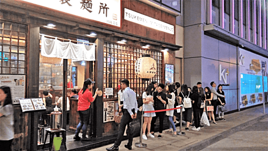 foodies-queuing-outside-causeway-bay-japanese-restaurant-credit-www.accidentaltravelwriter.net