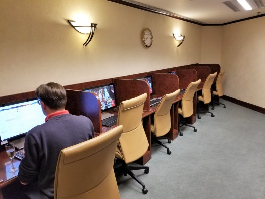 image-of-emirates-airline-hong-kong-airport-business-class-lounge-computers
