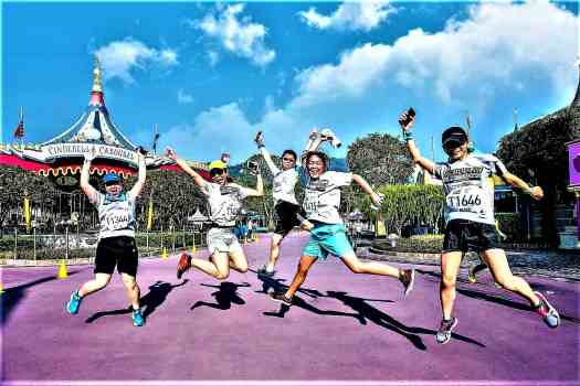 image-of-runners-posing-for-photos-at-10K-disneyland-marathon
