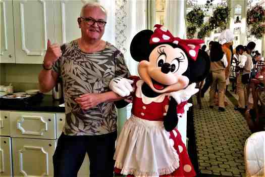 image-of-minnie-mouse-and-travel-blogger-at-hong-kong-disneyland-hotel-enchanted-garden-
