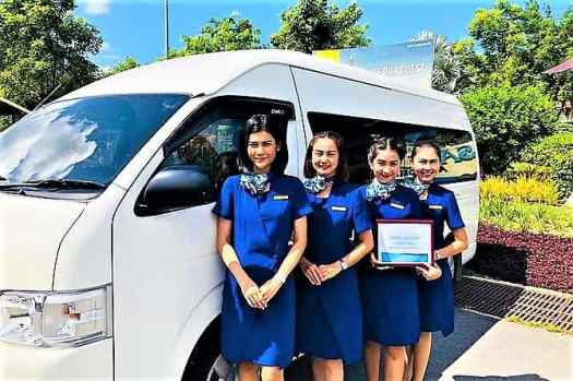 airport-greeters-with-minivan