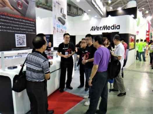 attendees-chatting-at-hong-kong-computer-festival