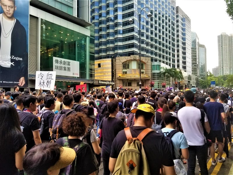 protesters-marching-past-langham-hong-hotel
