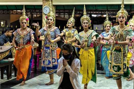 thai-dancers-at-erawan-shrine-in-bangkok