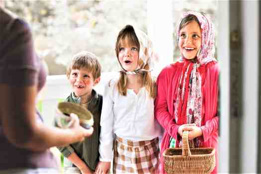 Swedish-children-asking-for-candy-on-easter