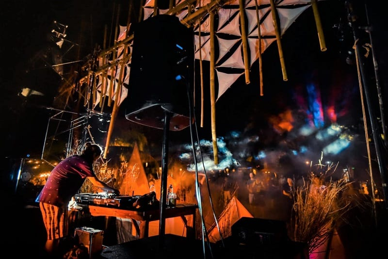 dj-spinning-discs-at-thaibreak-festival