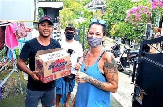 volunteers-distributing-food-on-Bali