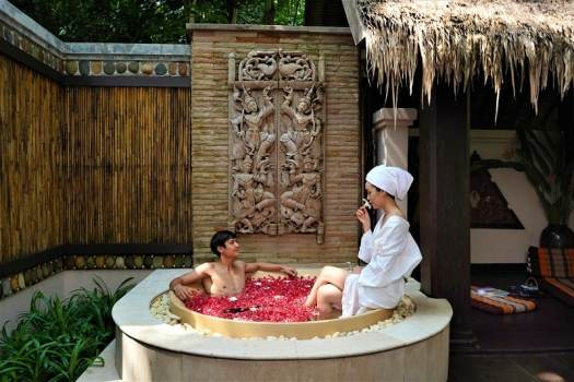 hotel-guests-in-jacuzzi