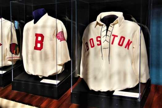 Boston-Braves-uniforms-in-museum