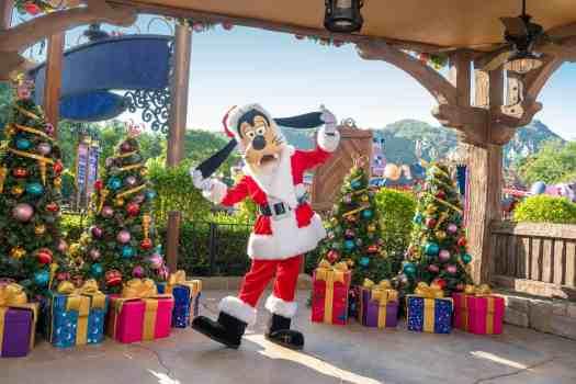 Goofy-at-Hong-Kong-Disneyland.