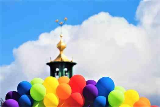 rainbow-balloons-surrounding-stockholm-city-hall