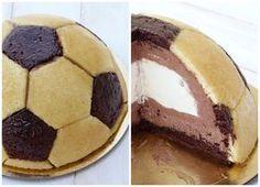 Sur Pinterest Gâteau d'anniversaire ballon de foot, mousses chocolat noir et blanc