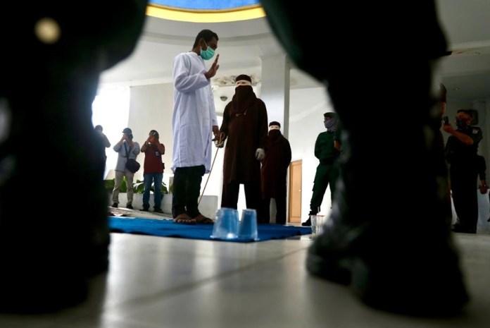 Eksekusi Hukuman Cambuk Terhenti di Sabetan ke-52