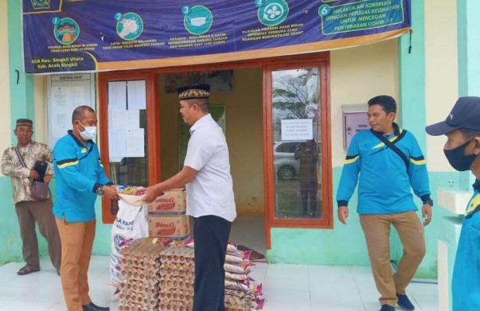 Berbagi Sembako, Cara ASN Kemenag Aceh Singkil Sambut HAB ke-75 di Tengah Pandemi