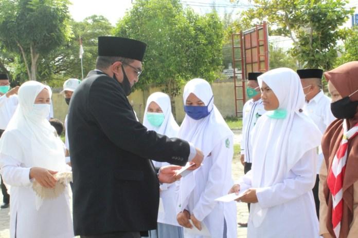 Peringati HAB ke-75, Kemenag Aceh Singkil Serahkan Penghargaan ke Siswa Berprestasi