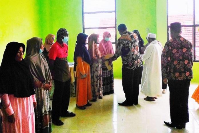 Sambut Ramadhan, Kemenag Aceh Singkil Salurkan Zakat ke Fakir Miskin dan Mualaf