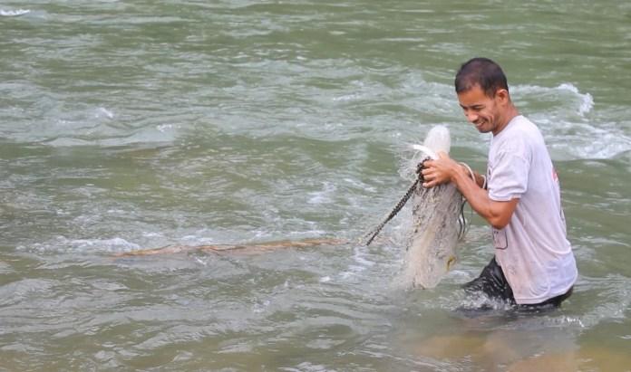 Burhan Menjala Iklan di Sungai