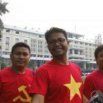 Berpose di depan Independence Palace
