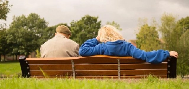 Old couple on a bench - our senior movers NJ are here to help you move