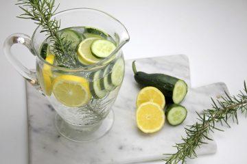 Acqua aromatizzata al cetriolo, limone e rosmarino