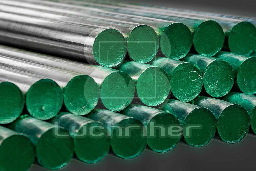 Las principales propiedades del aluminio son su ligereza, su resistencia a la corrosión, buena conductividad eléctrica y térmica, no es magnético ni tóxico, es buen reflector de luz, es impermeable e inodoro y muy dúctil.